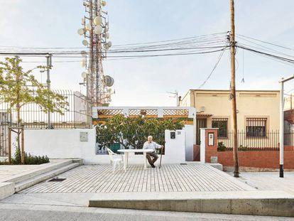 Un hombre espera sentado en la puerta de su casa-barraca, en 'su' espacio de la calle Marià Labèrnia. |