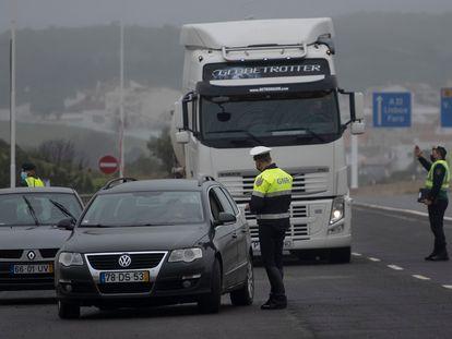 Control de la Policía Nacional entre Castro Marim (Algarve) y Ayamonte (Huelva) tras el cierre de la frontera entre España y Portugal, este viernes.