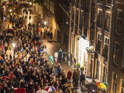El público del Festival de Utrecht se desplaza de una iglesia a otra en la jornada inaugural.