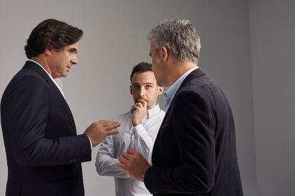 Alejandro Amenábar charla sobtre el rodaje de la serie con Fernando Bovaira (izquierda) y Domingo Corral.