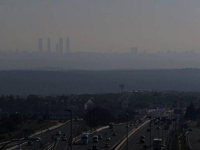 Boina de polución y contaminación sobre la ciudad de Madrid vista desde Torrelodones. F
