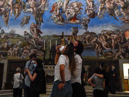 Un grupo de turistas admira la bóveda de la Capilla Sixtina de Roma.