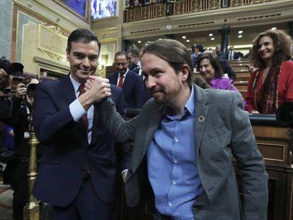 Pedro Sánchez posa junto a Pablo Iglesias tras el debate de investidura.