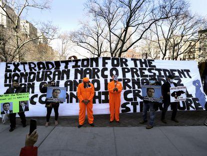 Manifestación contra el presidente de Honduras, Juan Orlando Hernández, y su hermano Tony Hernández, este martes frente a la Corte Federal de Nueva York.