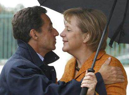 Angela Merkel da la bienvenida a Nicolas Sarkozy, el lunes, en el palacio de Meseberg.