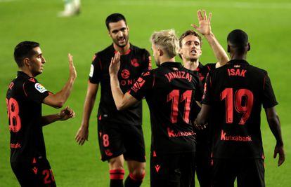 López, Merino, Januzaj, Monreal e Isak celebran el gol del tercero contra el Betis, el pasado domingo.