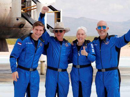 Jeff Bezos (con sombrero) y sus compañeros de tripulación, tras tocar tierra, en Texas el pasado 20 de julio.
