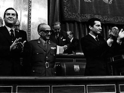 De izquierda a derecha, Alfonso Osorio, el general Gutiérrez Mellado y Adolfo Suárez, en noviembre de 1976.