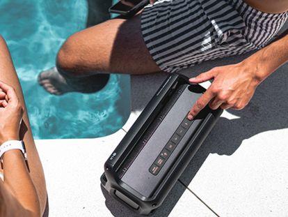 Relajarse en la playa o la piscina escuchando música es posible con estos modelos resistentes al agua.