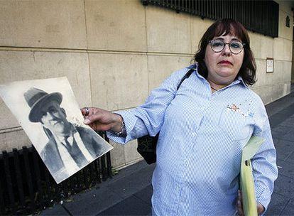 Un familiar de Dióscoro Galindo, el maestro que se cree que está enterrado junto con el poeta García Lorca, hoy en las inmediaciones de la Audiencia Nacional