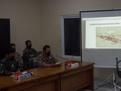 Miembros de las Fuerzas Armadas indonesias, durante la rueda de prensa en la que han confirmado el hallazgo del submarino, este domingo en Yakarta.