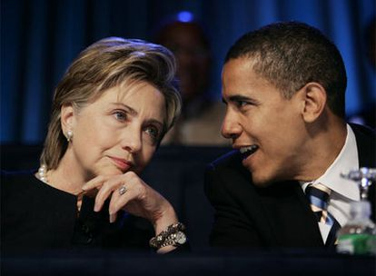 Barack Obama bromea con Hillary Clinton tras un debate electoral, el pasado enero.
