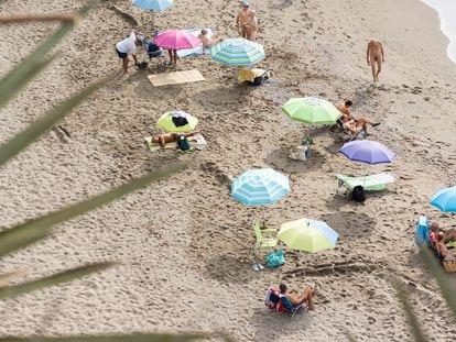 Vista de la playa naturista de Benalmádena, Benalnatura, este jueves.