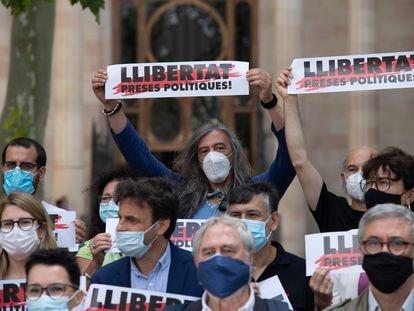 Representantes de la asociación Òmnium Cultural y de diferentes partidos políticos, entidades y sindicatos la semana pasada en una protestas en Barcelona.