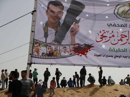 Manifestantes palestinos ante una pancarta de Yasir Murtaya en Jan Yunes, al sur de Gaza.