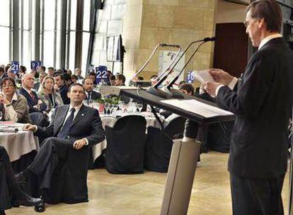 Ibarretxe escucha al presidente de la Cámara de Comercio de Bilbao, el pasado lunes.