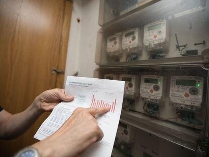 Un consumidor comprueba la factura de la luz en su vivienda en Madrid.