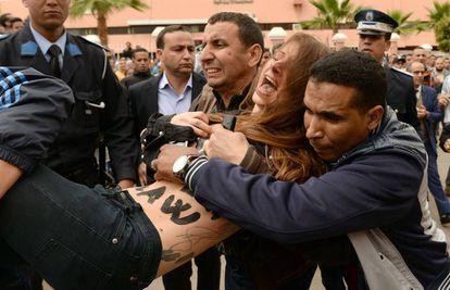 Arresto de una activista de Femen en una protesta de 2016 en Beni Melal (Marruecos) por el juicio a un homosexual.