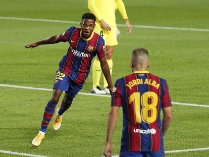 Ansu Fati celebra con Jordi Alba el primer gol del Barcelona ante el Villarreal.