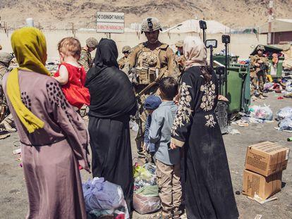 Un soldado del Ejército de EE UU habla con un grupo de mujeres afganas a las puertas del Aeropuerto Internacional Hamid Karzai, en Kabul, Afganistán, el pasado 28 de agosto.