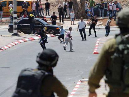 Dos soldados israelíes durante los disturbios cerca de Hebrón, este lunes.
