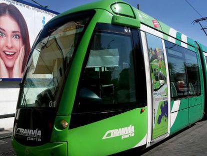 Un tranvía circula por Parla el pasado mes de junio.