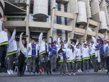 Los niños de la Fundación boliviana Alalay, el sábado antes del partido Real Madrid-Alavés.
