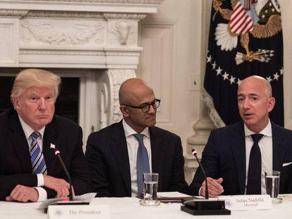 Trump y Bezos, primero por la derecha, en junio en la Casa Blanca