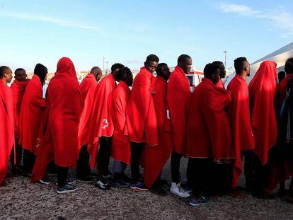 Grupo de 38 inmigrantes rescatados este martes en Tarifa tras llegar a la costa en patera.