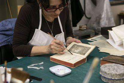 Trabajo de restauración en la Biblioteca Nacional argentina.