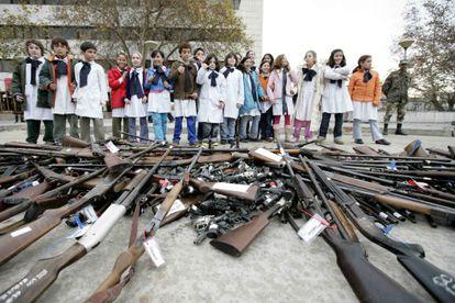 Destruição de armas diante do Congresso uruguaio em 2008.