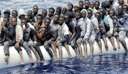 Rescate de un bote con migrantes subsaharianos en aguas internacionales frente a Libia.