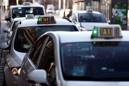 Varios taxis de Madrid, tras la huelga de 16 días.