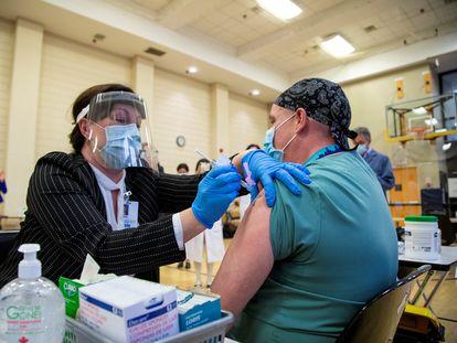 Un hombre recibe la vacuna de Pfizer en Toronto (Canadá), este lunes.