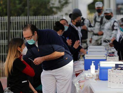 Personal de salud recibe la dosis de la vacuna contra la covid-19, en el Hospital General en la ciudad de Guadalajara en el estado de Jalisco (México) el pasado 14 de enero.