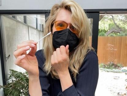 Laura Dern, mostrando su bastoncillo para tomarse una PCR horas antes de los Oscar.
