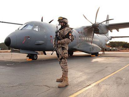 Un soldado español ante un avión C-295 del destacamento Marfil en Dakar (Senegal)