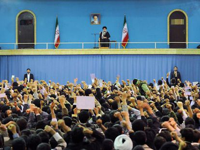 Jóvenes vitorean al ayatolá Ali Jamenei en una imagen cedida por el régimen.