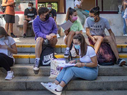Estudiantes antes del inicio de un examen de Selectividad en Sevilla, en julio.