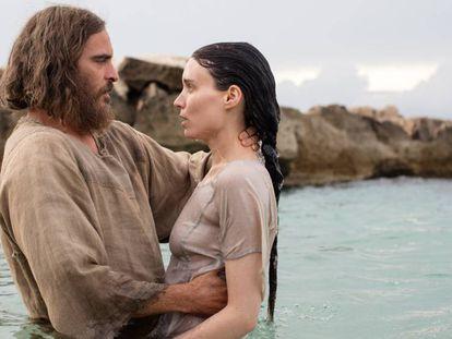 Joaquin Phoenix y Rooney Mara, en 'María Magdalena'.