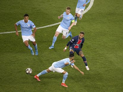 De Bruyne preside la presión a Neymar en París.