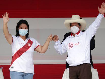 Los candidatos presidenciales peruanos Pedro Castillo y Keiko Fujimori en la Plaza de Armas, este sábado en Chota (Perú), un pequeño pueblo a 960 kilómetros de Lima, la capital.