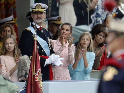 Los Reyes, junto a la princesa e infanta, durante el desfile. En vídeo, los momentos más destacados del desfile.