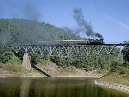 Uno de los últimos trenes del puente del lago Pilchowickie.