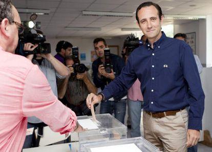 El candidato del Partido Popular al Parlamento Balear José Ramón Bauzá, vota en el colegio electoral de Marratxi, Mallorca.