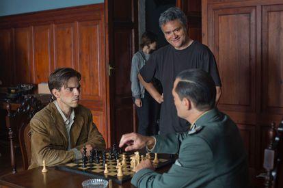 Marc Clotet (Diego) y Stefan Weinart (Coronel Maier) en un momento del rodaje, junto al director, Luis Oliveros
