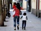 24/04/20. (DVD 998). Dos niños acompañados de un adulto por el centro de Madrid durante la pandemia de coronavirus.Jaime Villanueva.