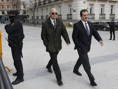 Eugenio Pino, con gafas de sol, en la Audiencia Nacional, en febrero pasado.