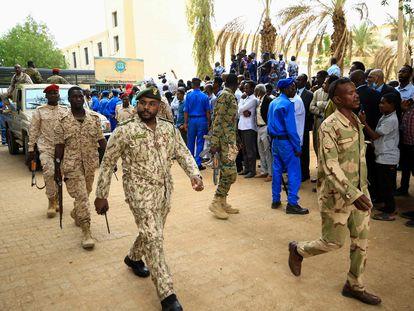 Soldados desplegados este martes ante el tribunal de Jartum en el que es juzgado el expresidente Omar al Bashir.