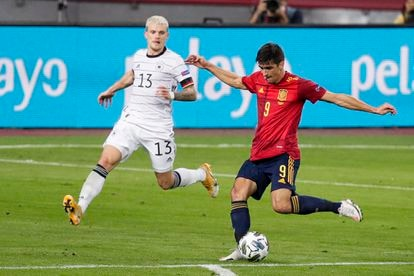 Gerard Moreno trata de disparar ante Philipp Max el 17 de noviembre en La Cartuja (Sevilla).